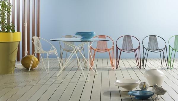 metall Gartenmöbel tisch stuhl außenbereich bunt holz bodenbelag