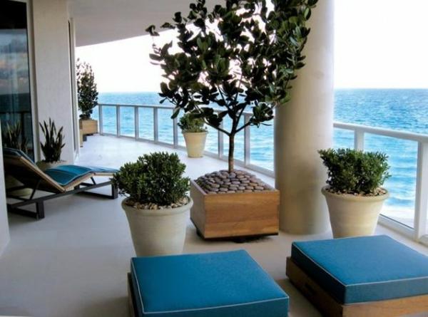 attraktiven balkon gestalten design blumen hocker kissen