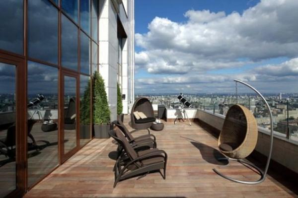 balkon bodenbelag holz idee fliesen hängestuhl