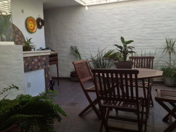 balkon design holztisch grün pflanzen