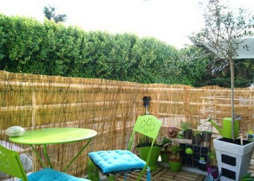 balkon sichtschutz  gestalten blumen bambusschutz zaun tisch grün