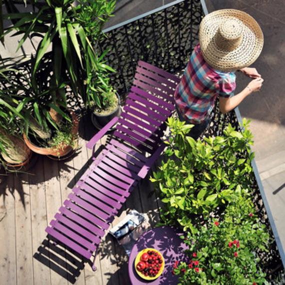 balkon gestalten blumen blumentöpfe liege lila