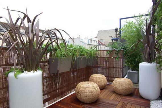 balkon gestalten blumen pflanzen korbmöbel schutz