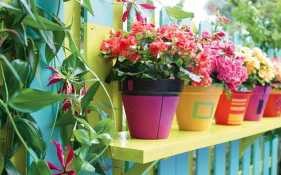 balkon gestalten blumentöpfe bunt doko rose lustig