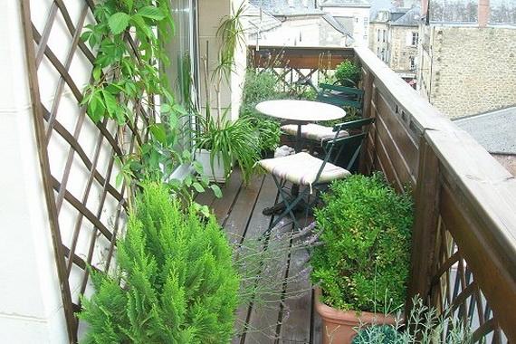 balkon neu gestalten blumentöpfe grün pflanzen gitter