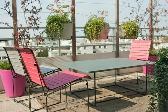 balkon neu gestalten blumentöpfe rosa stuhl tisch blick