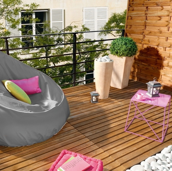 balkon neu gestalten blumentöpfe sitzkissen bequem tisch klein rosa