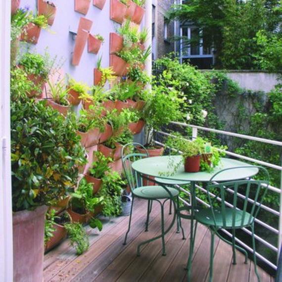 balkon neu gestalten blumentöpfe wand deko stuhl tisch