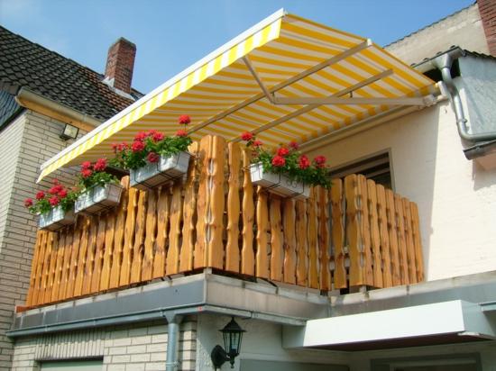 balkon gestalten schattenspender markise gelb streifen