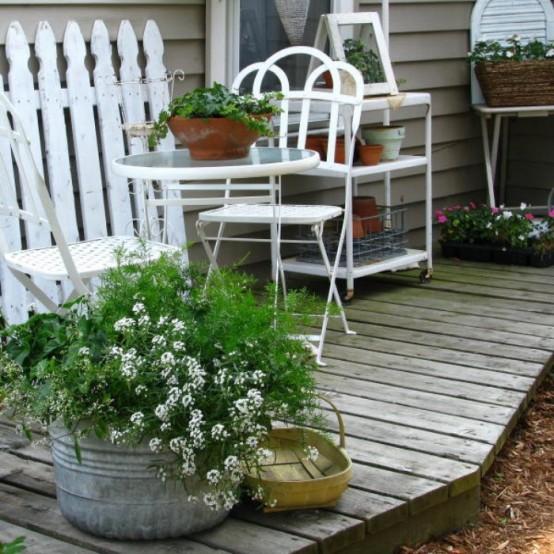 terrasse einrichten shabby chic tisch weiß zaun blumentopf