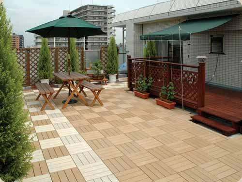 Terrasse und Balkon mit Holzfliesen verlegen  hölzerner Bodenbelag
