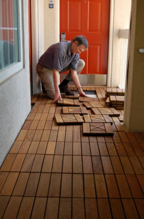 Terrasse Und Balkon Mit Holzfliesen Verlegen - Hölzerner Bodenbelag Auf Dem Balkon Holzfliesen Verlegen
