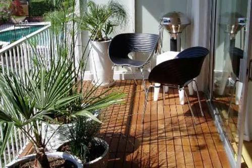 Terrasse und Balkon mit Holzfliesen verlegen - hölzerner Bodenbelag