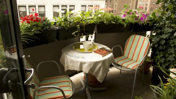 Balkonmöbel idee holz bodenbelag streifen gartenmöbel balkonmöbel