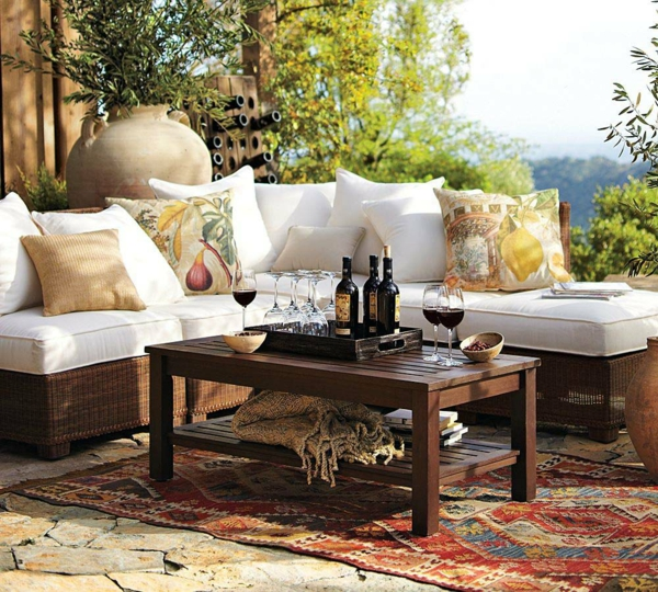 balkon möbel idee holz bodenbelag terrasse weinflasche Coole Garten und Balkonmöbel Ideen