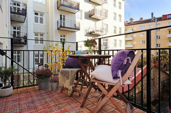 balkon pflanzen design garten gestalten rattan klappstuhl