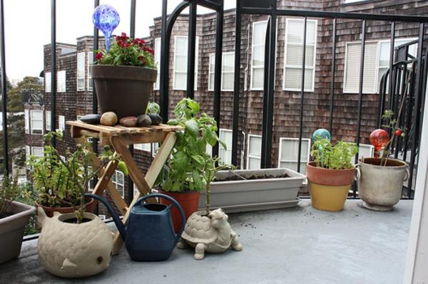 balkon pflanzen design garten gestalten statue holz klapptisch