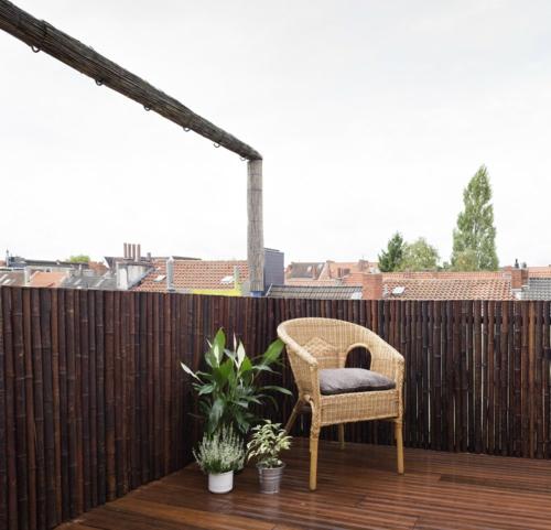 balkon sichtschutz aus bambus dunkelbraun blumentopf