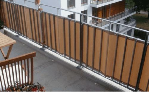 balkon sichtschutz steine beige metaläsen kunststoff