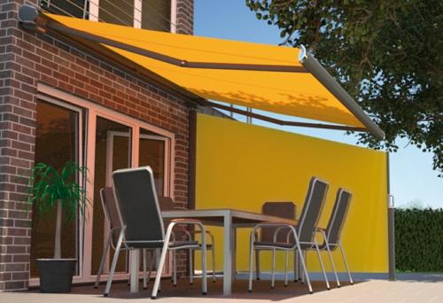 balkon sichtschutz terrasse gelb markise außenmöbel