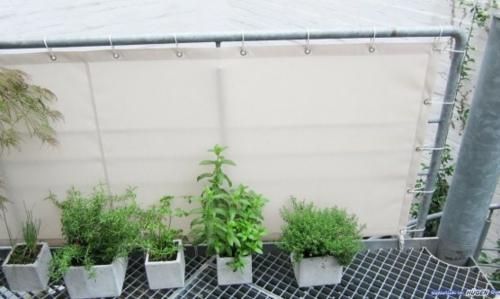 balkon sichtschutz weiß bnumentöpfe quadratisch sonnenschutz