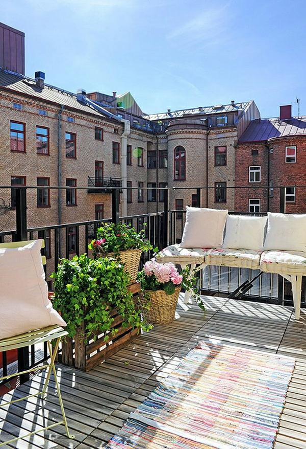 bequeme balkon designs ideen holz boden belag