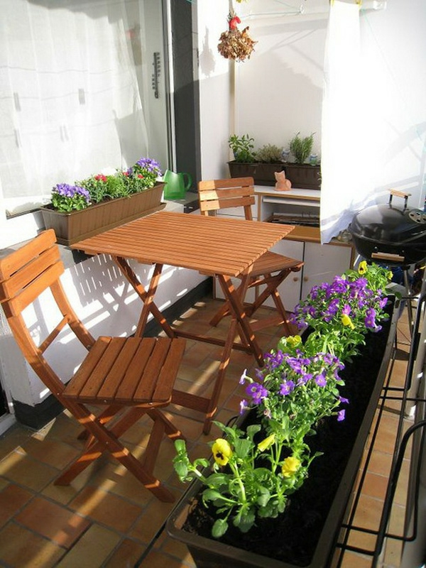 bequeme balkon designs ideen holz tisch lila blüten