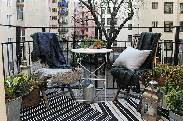 projekt balkon design ideen schwarz weiß kissen