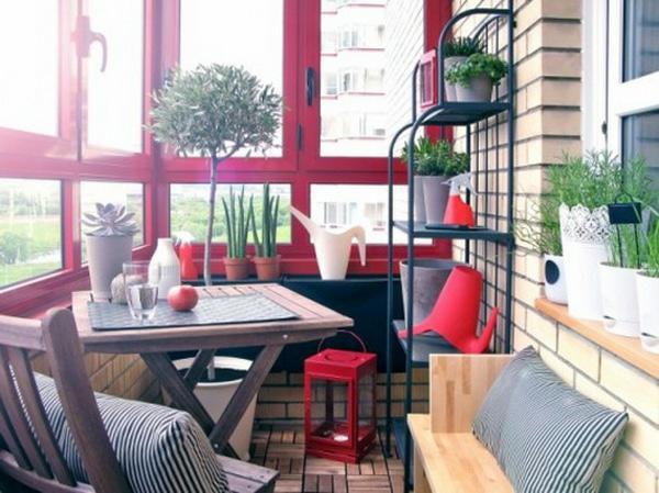 bequeme balkon designs idee sitzecke dekorativ pflanzen rot akzent