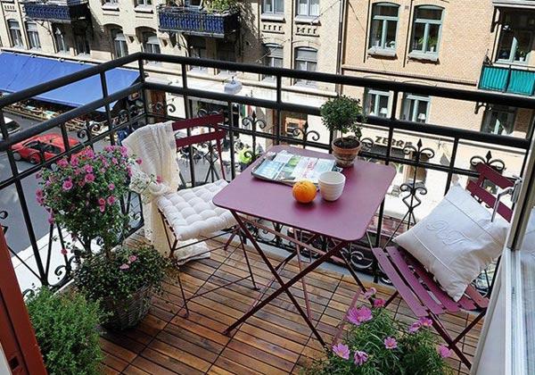 projekt balkon design ideen sitzecke dunkel rot klapptisch