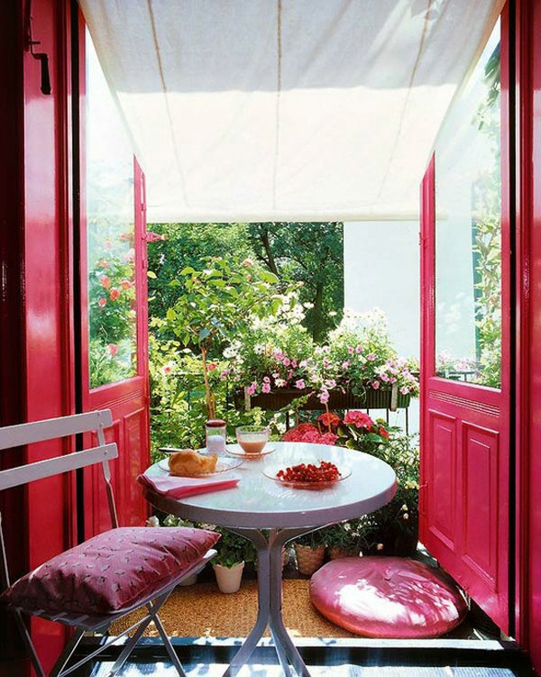 bequeme balkon designs ideen sitzecke rosa türen