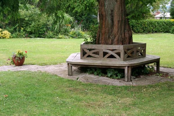 Bequemer sitzplatz im garten 20 stilvolle sitzecken im for Gartengestaltung um einen baum