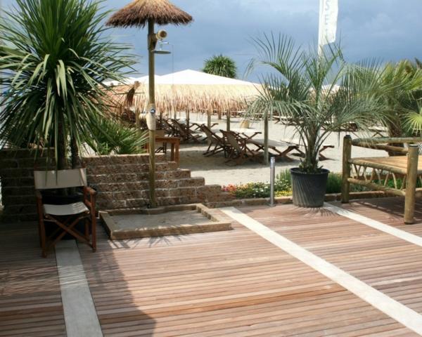 bodenbelag im außenbereich platten palmen exotisch