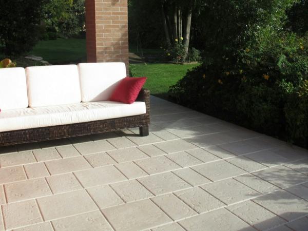 bodenbelag im außenbereich steinplatten rattan sofa weiß