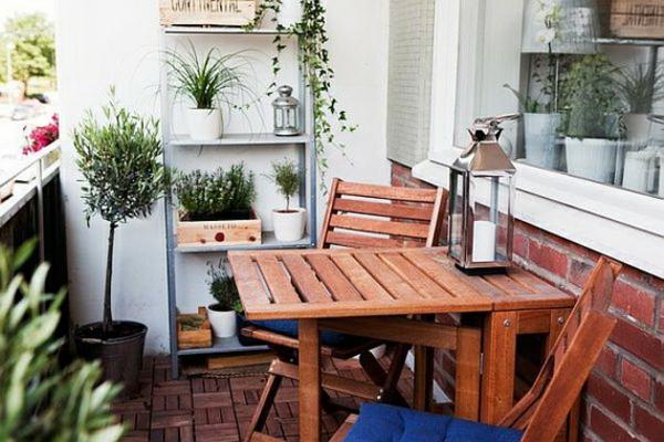 coole balkon bepflanzungsideen stühle holz
