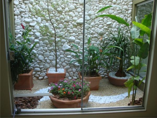 coole balkon bepflanzungsideen steinwand weiß topf