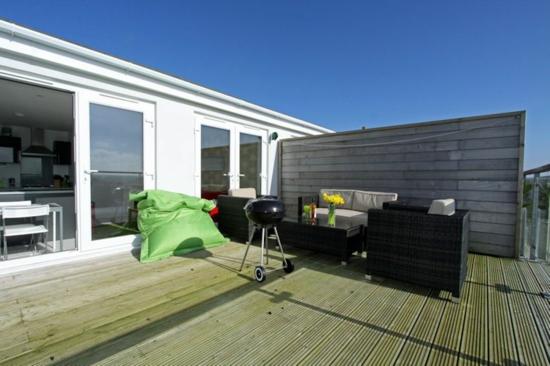 coole balkon ideen terrasse grill essbereich gemütlich sitzkissen