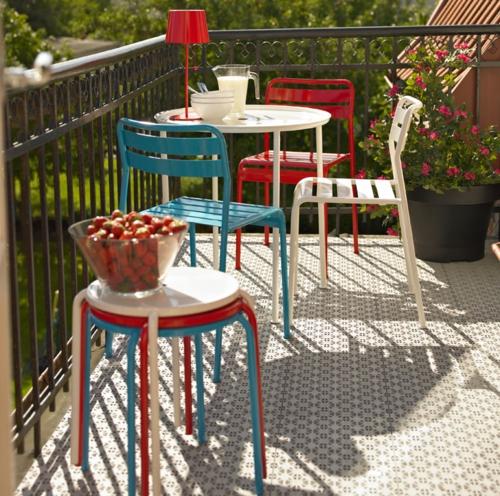 coole balkon möbel ideen farbe- stühle bunt