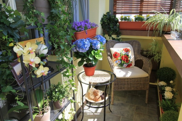 coole deko ideen für balkon designs tisch lila blume