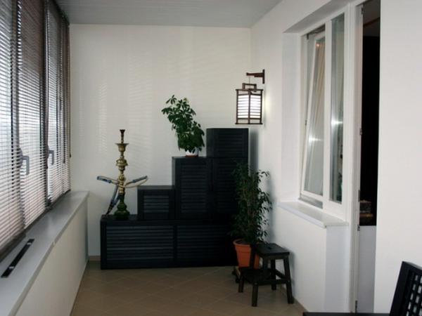 für balkon gestalten designs tisch rote fensterladen