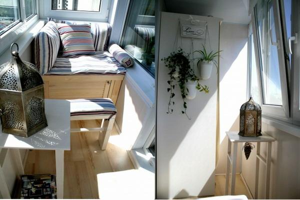 coole deko ideen für balkon designs tisch streifen bunt