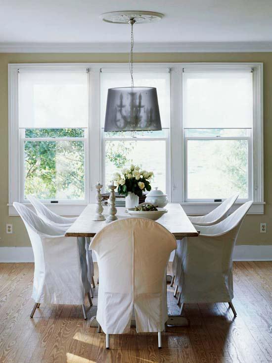 coole deko in weiß essbereich stühle kerzenständer