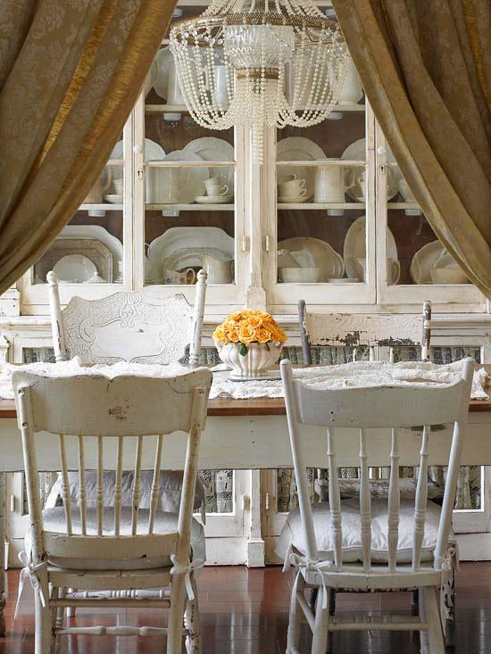 coole deko in weiß esszimmer stühle schäbig schrank geschirr