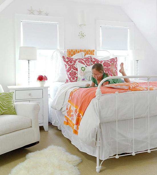 coole deko in weiß kinderzimmer fensterläden farbig bettwäsche