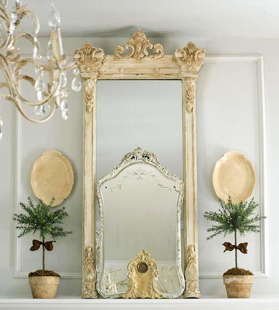 coole deko in weiß spiegel kronleuchter wanddeko cremig