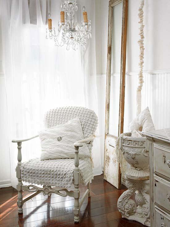 coole deko in weiß stuhl kronleuchter kissen deko kommode