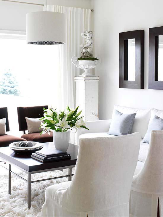 coole deko in weiß wohnzimmer blumendeko teppich
