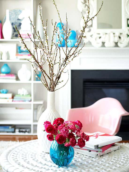 coole deko in weiß wohnzimmer tisch blumen bücher