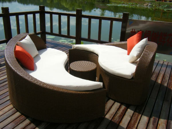 coole rattan gartentisch designs braun orange kissen