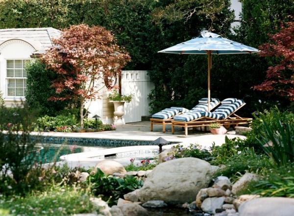 coole idee relax liege und sofa im garten blau weiß streifen